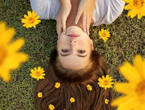 femme fleur audacieusement positive